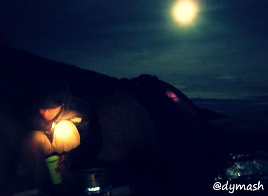 di bawah temaram bulan purnama